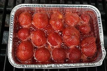 Gegrillte Erdbeeren mit Vanilleeis