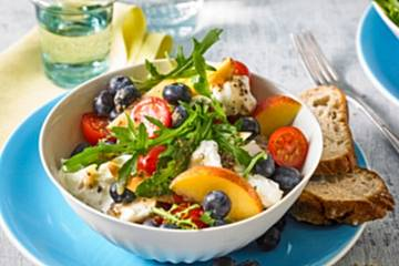 Tomaten-Nektarinen-Mozzarella-Salat