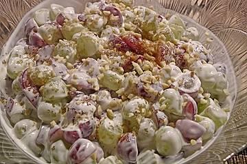 Amerikanischer Weintraubensalat mit Frischkäse und Sour Cream