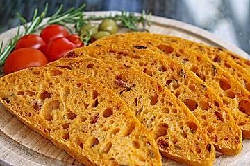 Tomaten-Oliven-Ciabatta mit Rosmarin und Thymian