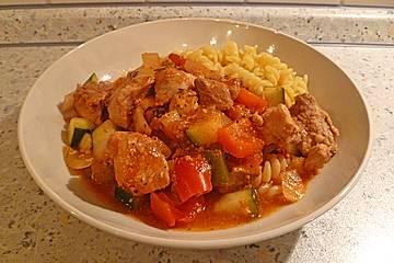Klassischer Crock Pot Topf mit Schweinefleisch, Zucchini und Paprika