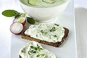 Kalte Gurken-Radieschen-Suppe und Dinkelbrot mit Kräuterquark