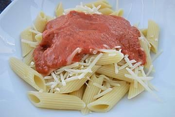 Sahnige Tomatensauce mit Nudeln für den schnellen Hunger
