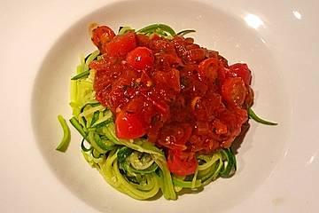 Zucchinipasta mit Tomatensugo