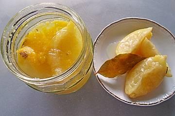 Eingelegte Salz-Zitronen mit Lorbeerblättern
