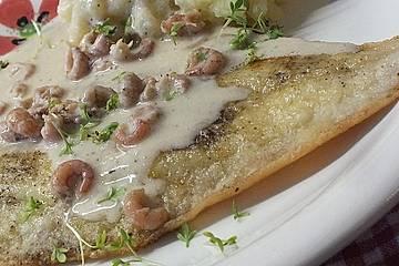 Gebratene Scholle mit Nordseekrabben in Weißwein-Sahnesauce