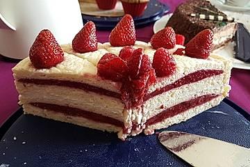 Eiweißtorte mit Erdbeer-Rhabarber-Quark-Füllung