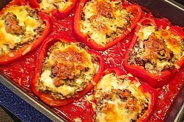 Cremig gefüllte Paprikaschiffchen auf fruchtigem Tomatenmeer