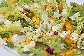 Blattsalat mit Mango und Feta