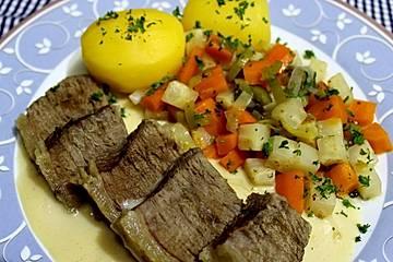 Rindersuppenfleisch mit Wurzelgemüse, Salzkartoffeln und Meerrettichsauce
