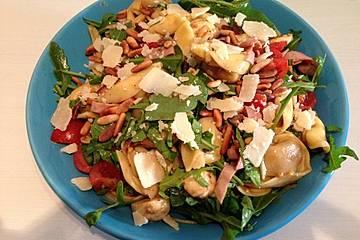 Tortellini-Rucola-Salat mit Pesto und Parmesan