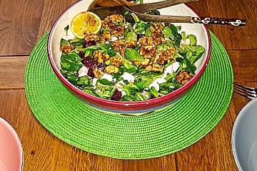 Feldsalat mit Rote Bete, Feta und karamellisierten Walnüssen