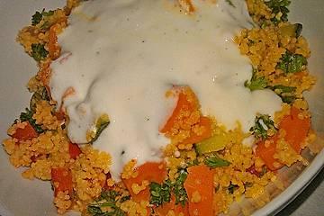Marrokanischer Gemüse-Couscous mit Gambas und Limetten-Joghurt-Sauce