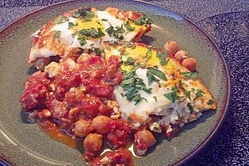 Pochierte Eier in Tomatensauce mit Kichererbsen und Feta