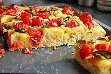 Leckere luftige Focaccia mit Cherrytomaten und Kräutern