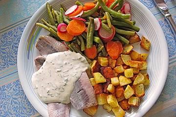 Matjesfilet mit Bohnen-Möhren-Radieschen-Salat und Sauerrahm-Dip