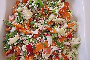 Frühlingssalat mit Karotten, Gurke, Kohlrabi, Apfel und Sprossen