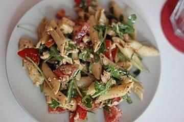 Sommernudelsalat mit Cherrytomaten, Mozzarella und Rucola