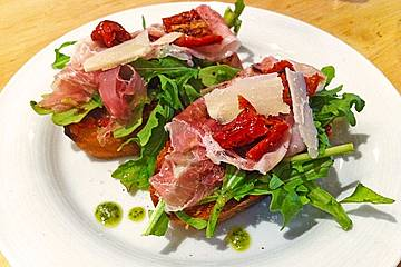 Bruschetta mit getrockneten Tomaten, Parmesan und  Rucola