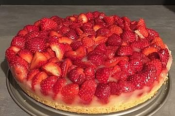 Veganer Erdbeerkuchen mit Vanillepudding und Biskuitboden