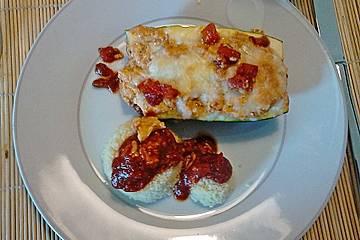 Gefüllte Zucchini mit Couscous und Tomatensauce