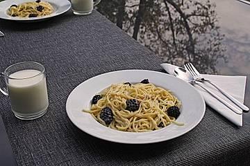 Spaghetti mit weißer Schokoladensauce und Brombeeren