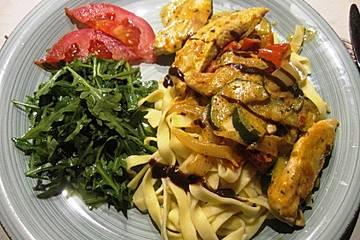 Hähnchengeschnetzeltes mit Paprika und Zucchini in Ajvar-Crème fraîche-Sauce
