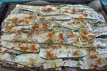 Flatbread mit Zucchini, Aprikosen und Ziegenfrischkäse