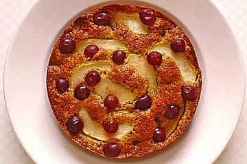 Nusskuchen mit Apfel und Weintrauben