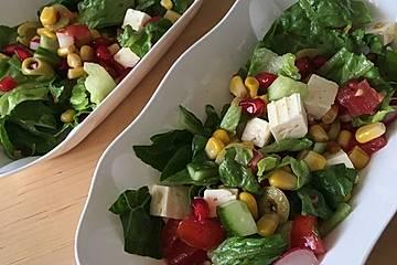 Salat mit Granatapfel, Mais und Feta