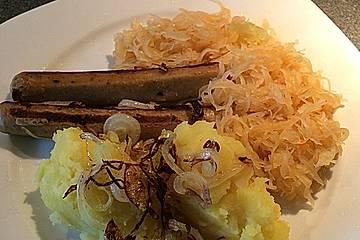 Sauerkraut mit Kartoffel-Sellerie-Püree, Seitanwürstchen und gebratenen Zwiebeln