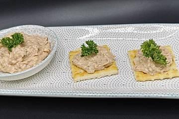 Thunfischaufstrich mit Gewürzgurke und Paprika