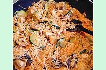 Zucchinipfanne mit Reis und Hühnchen