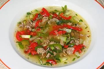 Pikante Gemüse-Dattel-Suppe mit Hackfleisch
