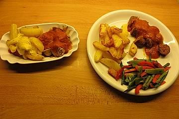 Currywurst mit Pommes frites, rot-weiß