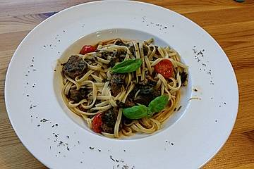 """Pasta mit """"umgekehrter"""" Tomatensoße, Rindfleisch und Spinat"""