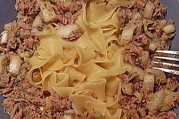 Thunfisch-Zwiebelsalat auf Bandnudeln