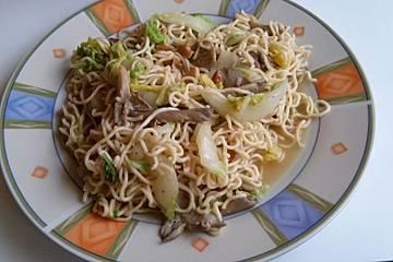 Mie-Nudeln mit Austernpilzen, Chinakohl und Cashews aus dem Wok