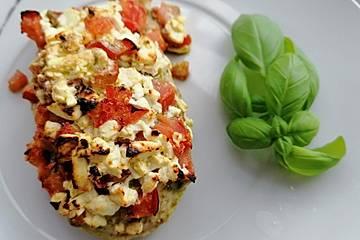 Putensteaks mit Tomaten-Feta-Kruste und Kroketten