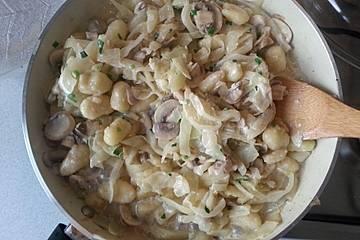 Weißkohlpfanne mit frischen Champignons und Schupfnudeln