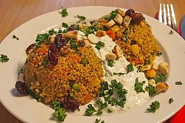 Gemüse-Couscous mit Nüssen und Joghurtsauce