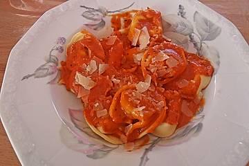 Tortellini mit Tomaten-Sahne-Soße und Schinken