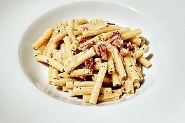 Maccheroni in Speck-Sahne-Käse-Sauce