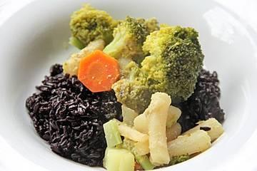 Curry mit Schwarzwurzeln und schwarzem Reis