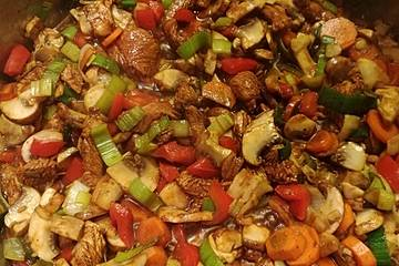 Würziges Hähnchen aus dem Wok mit Gemüse