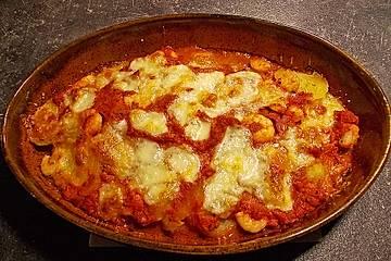 Kartoffelgratin mit Garnelen und Tomaten