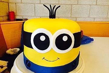 Minion Torte Mit Schokofüllung