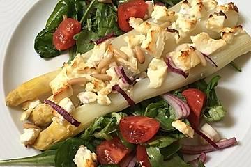 Spargel auf Rucola-Tomaten-Salat mit Feta und Erdbeeren