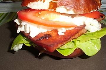 Leberkäse-Burger mit Krautsalat und Obazda