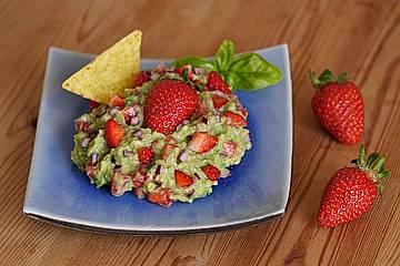 Guacamole mit Erdbeeren und Basilikum